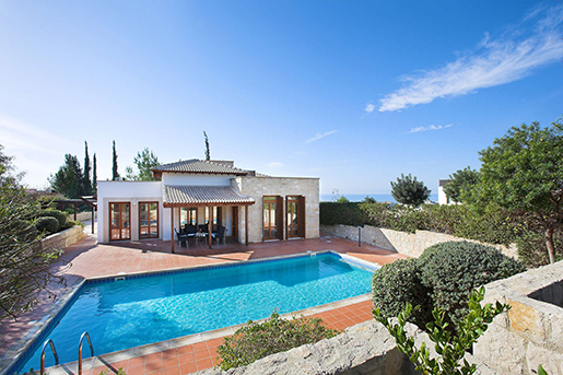 На Кипре активно распродается недвижимость